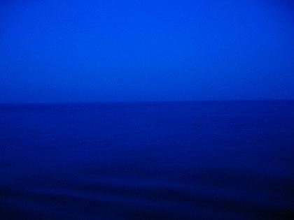 窗外的大海夜景,一望无际,十分吸引.